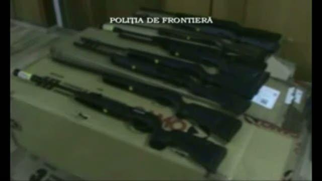 100 de pistoale si carabine, 80.000 de cartuse si 1.000 de rezervoare de gaz, gasite intr-un TIR