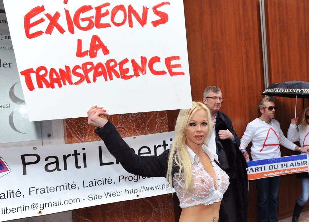 Contracandidata lui Sarkozy la prezidentiale, o stripteuza. Vrea majorat la 14 ani si bordeluri