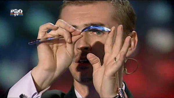 Cristian Gog, omul care creeaza iluzii din cuvinte. A indoit o lingura cu un deget
