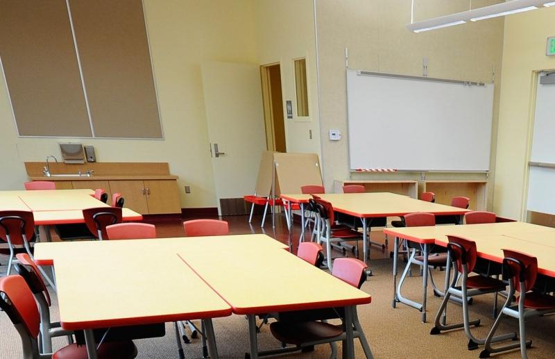 O invatatoare a fost CONCEDIATA pentru ca nu a vazut ce faceau SUB BANCA doi elevi de clasa a treia