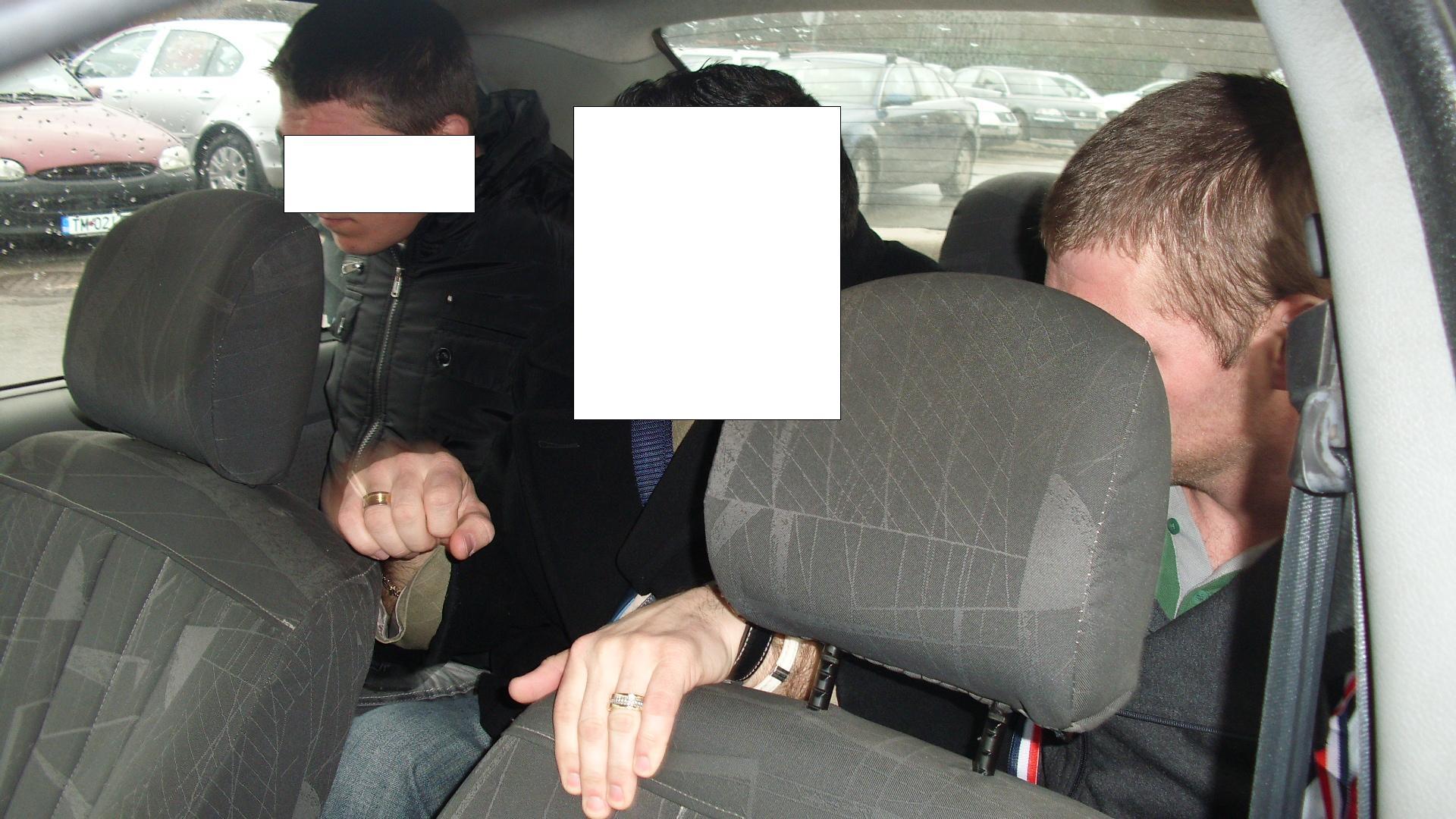 Cei doi talhari care au amenintat un barbat cu cutitul si i-au furat cardul bancar au fost arestati