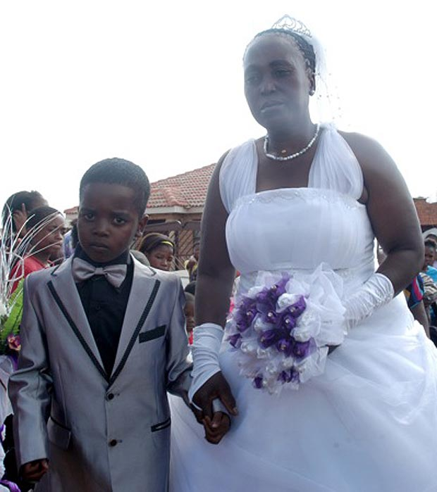 Ceremonie bizara in Africa de Sud. Un baiat de 8 ani s-a insurat cu o femeie in varsta de 61 de ani