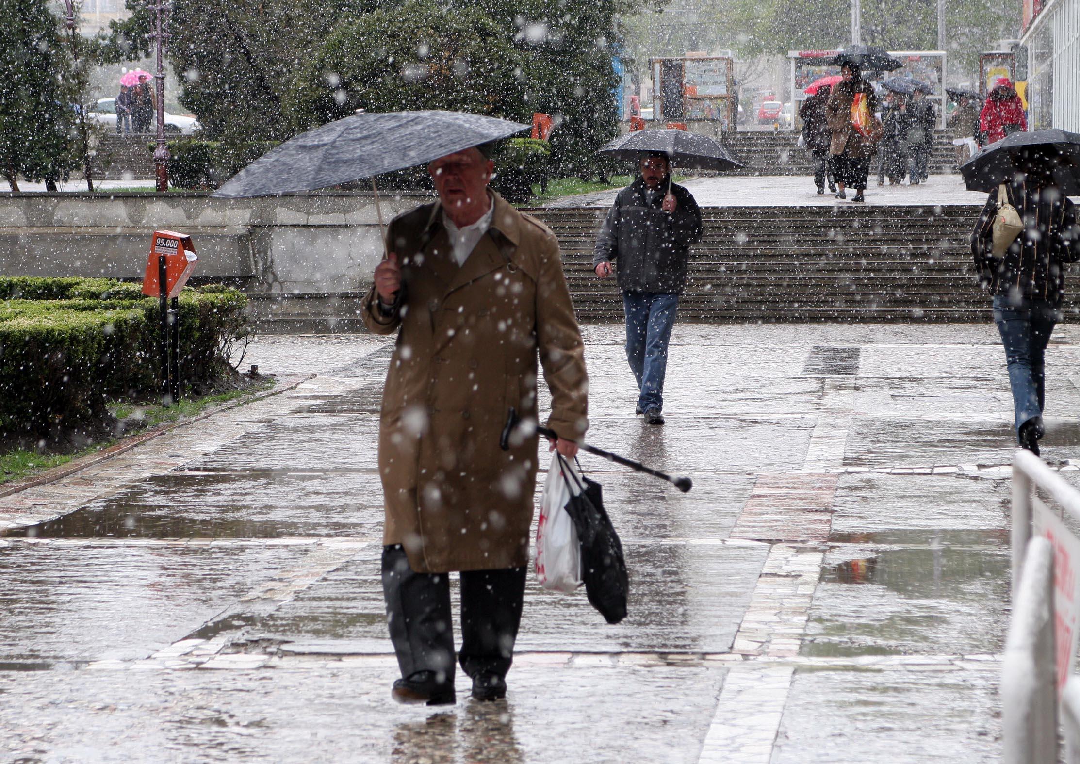 ATENTIONARE meteo de ploi si ninsori, valabila de miercuri dimineata. Zonele afectate