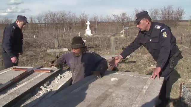 A spart un cavou, cu gandul ca va face rost de bani. Jandarmii l-au prins in flagrant