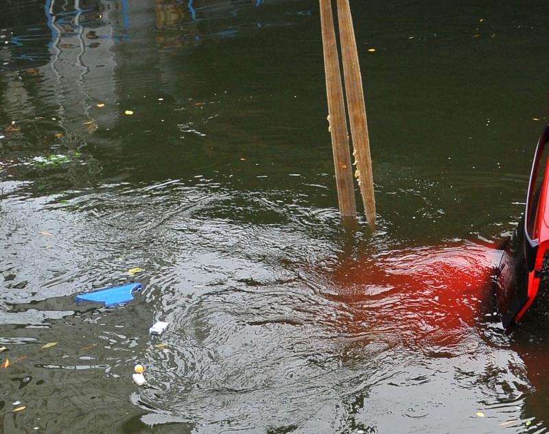Cadavrele a doi barbati, gasite intr-o masina scufundata intr-un lac de langa Slobozia