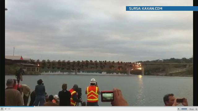 Imagini in super slow-motion cu explozia controlata ce a pulverizat un pod din Texas