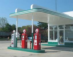 CAMERA DE SUPRAVEGHERE.Ce face angajata unei benzinarii cand este amenintata de doi indivizi mascati