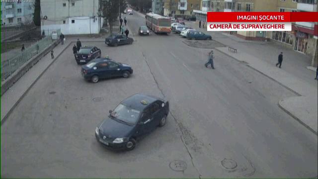 CAMERA DE SUPRAVEGHERE. Fetita lovita in plin de o soferita din Sf. Gheorghe, dupa ce a traversat prin spatele unui autobuz