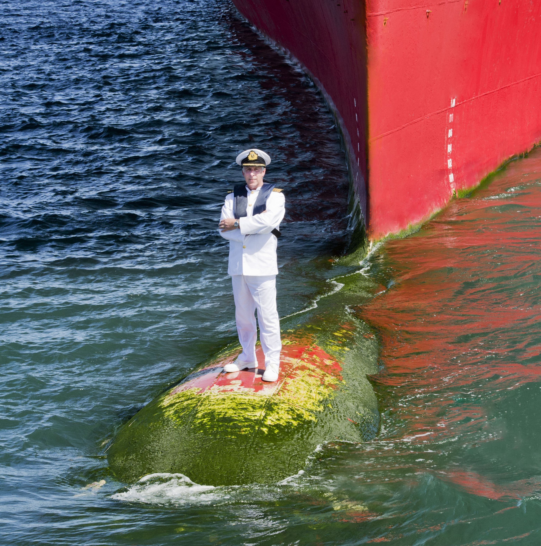 Imagini inedite cu comandantul celui mai mare vas de croaziera din lume. Unde s-a fotografiat capitanul vasului Queen Mary 2