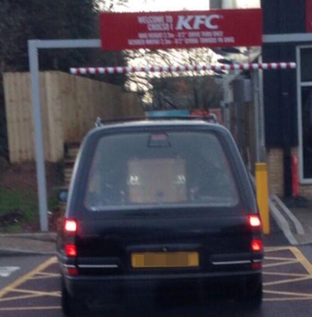Un dric, cu tot cu sicriu in el, a fost fotografiat in parcarea unui restaurant KFC