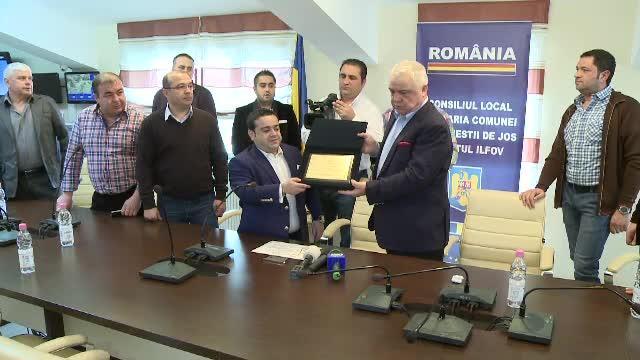 Manelistul Adrian Minune a primit titlul de cetatean de onoare al Stefanesti. Primarul il considera un