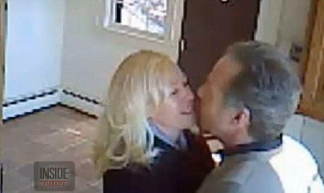 Doi agenti imobiliari filmati facand sex intr-o casa pe care ar fi trebuit sa o vanda. IMAGINI de pe camera de supraveghere