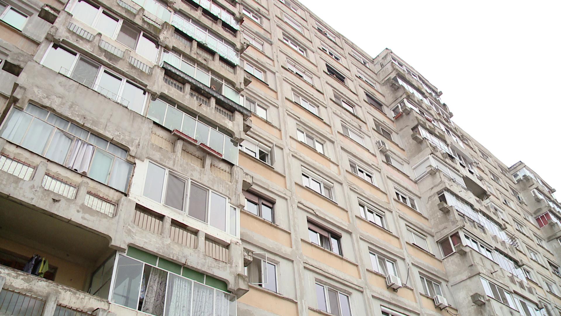 S-a aruncat de pe un bloc de 10 etaje. In ce stare a ajuns la spital un barbat de 36 de ani din Ramnicu Valcea