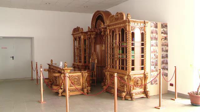 Biroul lui Ceausescu a fost dorit de Elton John. Creat de 3 arhitecti si 18 sculptori, cabinetul e scos acum la licitatie