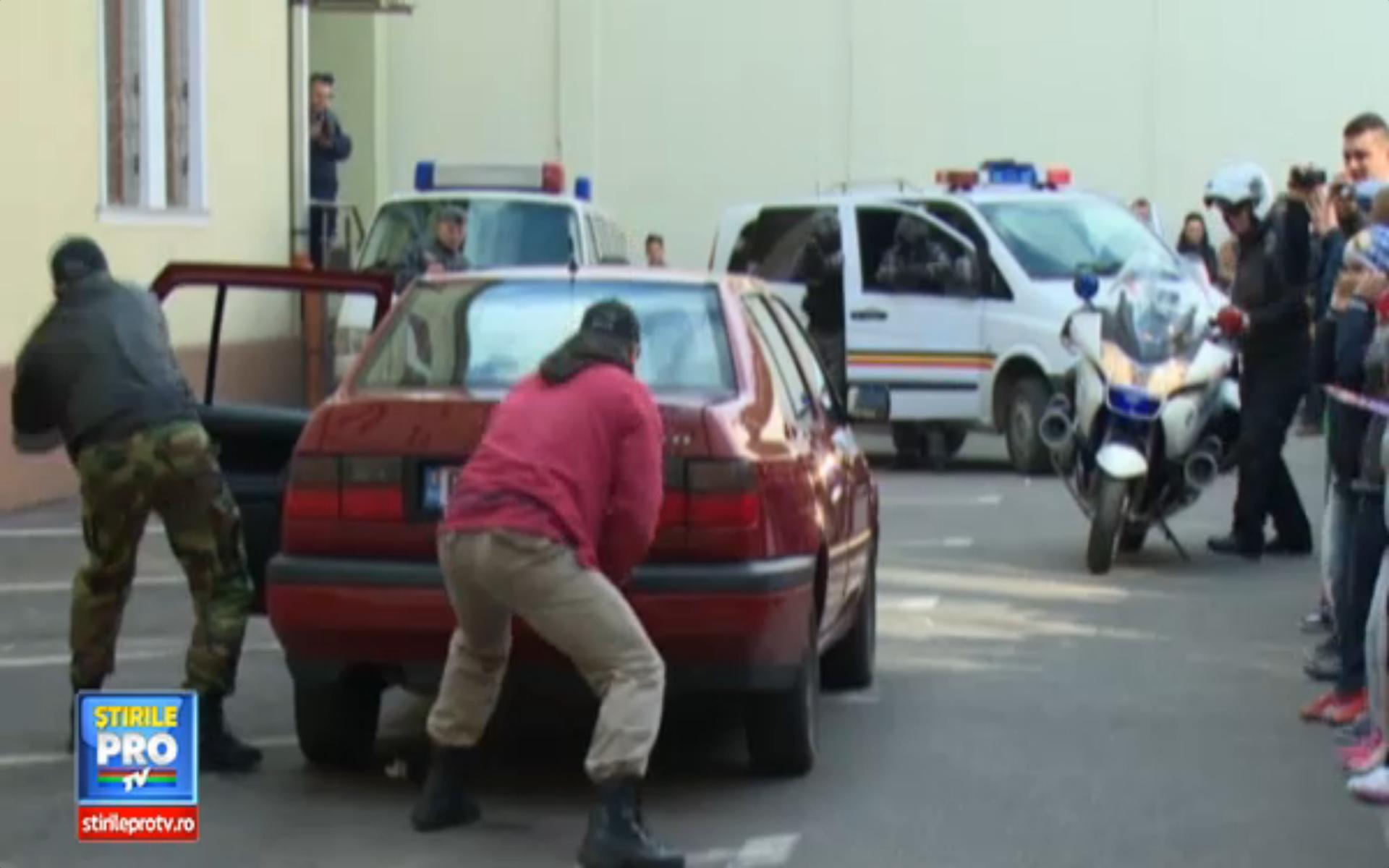 Talhari inarmati cu pistoale au navalit in curtea Politiei Bihor. Totul a fost o demonstratie a oamenilor legii, de ziua lor