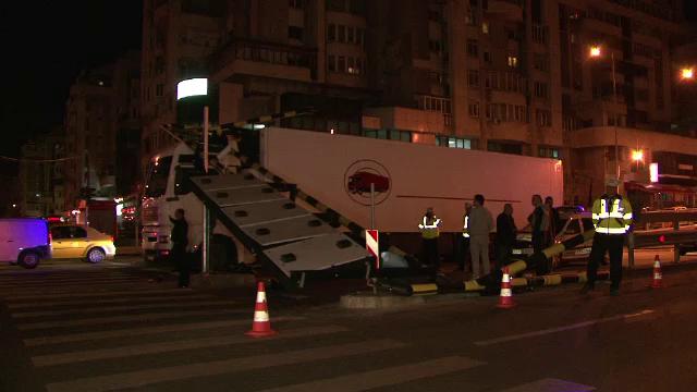 Un sofer din Bulgaria a ramas blocat cu TIR-ul intr-un pasaj din Craiova. A daramat limitatorul de viteza si doua semafoare