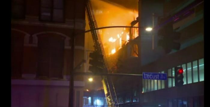 Incendiu de proportii in SUA. O cladire istorica din statul Iowa a fost cuprinsa de flacari