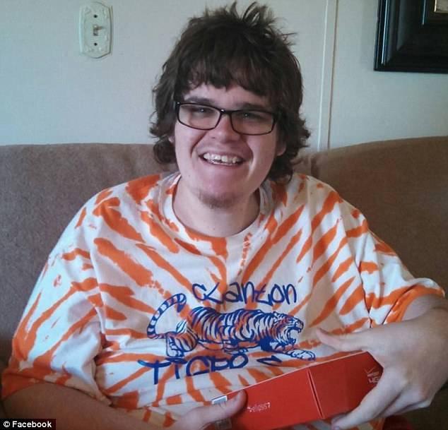 Unui tanar bolnav de autism i-au crescut sani dupa ce a luat medicamente. Ce s-a intamplat dupa ce a dat compania in judecata