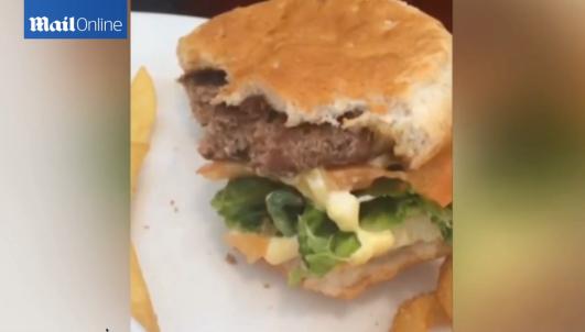 I s-a facut rau pe loc, a iesit din restaurant si a inceput sa vomite. Ce a vazut un barbat intr-un hamburger. VIDEO