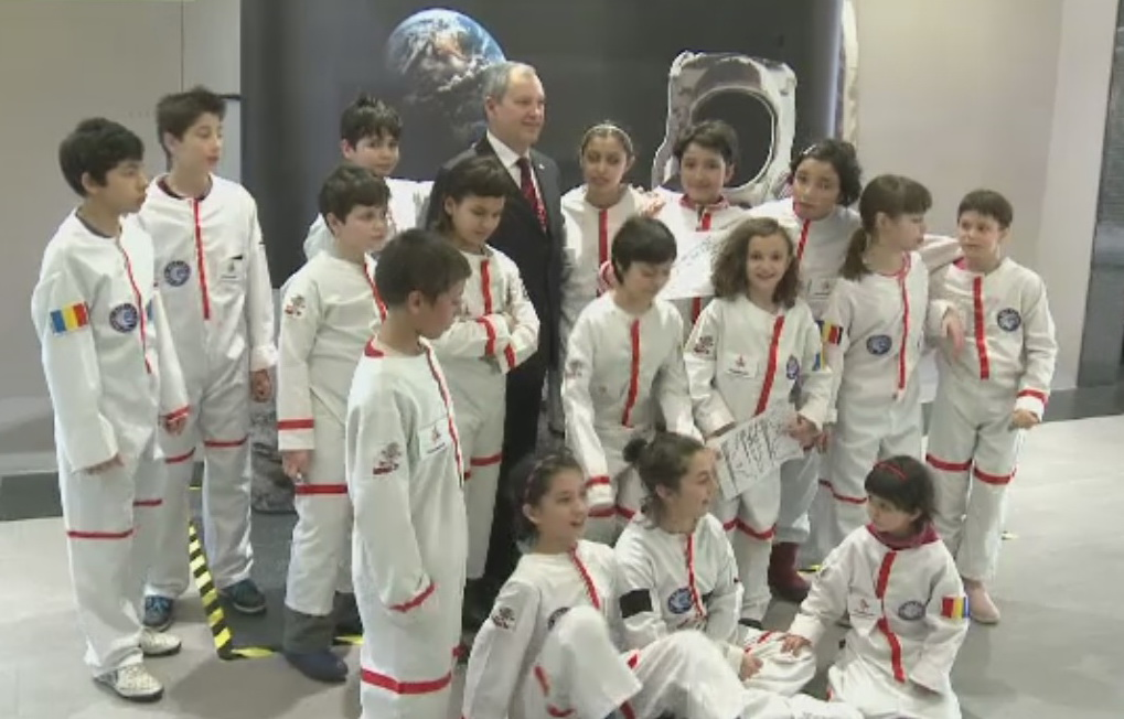Distractie la un mall din Capitala. Copiii au putut calatori in spatiu, indrumati de primul cosmonaut roman, Dumitru Prunariu