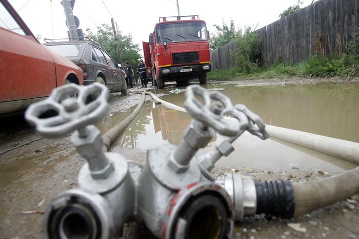 Inundatie grava in Pitesti, dupa ce o magistrala de apa s-a spart si a provocat pagube insemnate