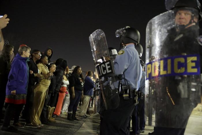 Noi proteste in Ferguson, SUA. Doi politisti au fost impuscati la un miting, dupa demisia primarului si sefului politiei