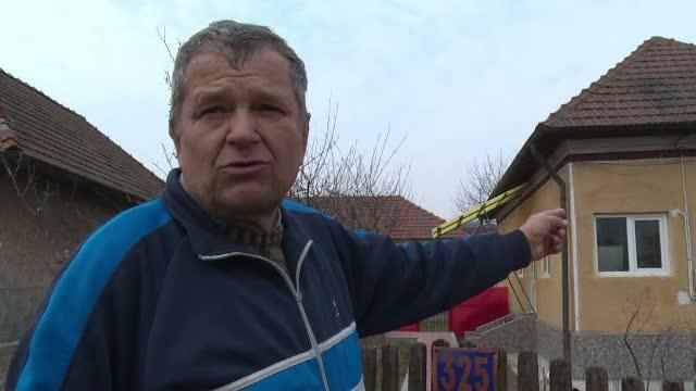 Lupta de doi ani a lui nea Cornel pentru a muta un cuib de barza de langa casa sa. A infruntat vecinii si