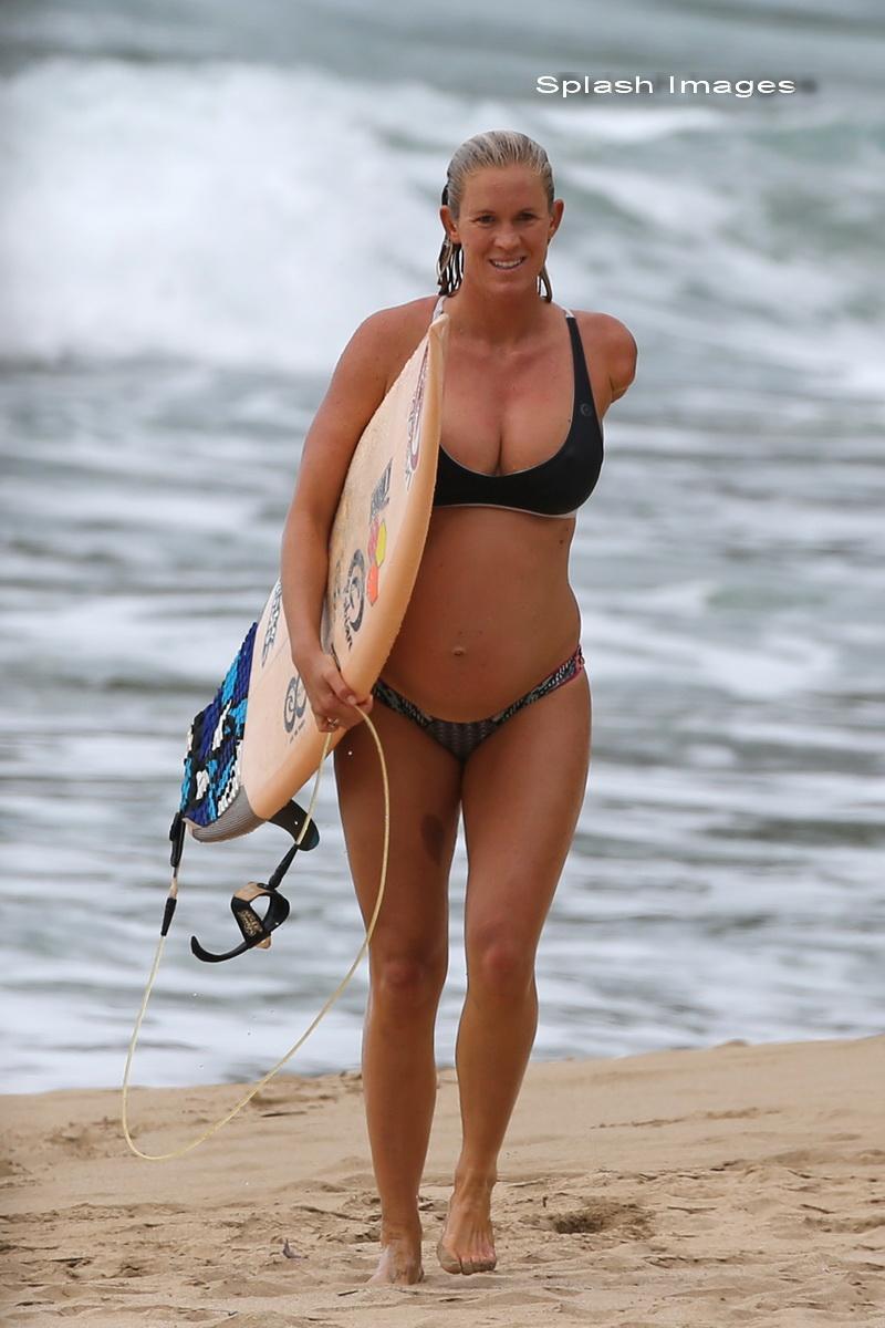 Lumea se opreste sa o vada atunci cand ea face surf. Femeia este insarcinata in 6 luni si arata incredibil. FOTO