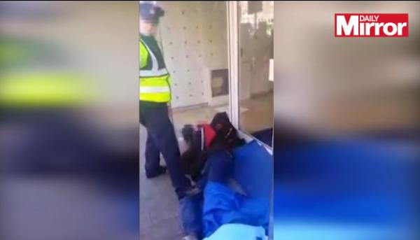 Filmarea care a starnit revolta pe Facebook. Tratamentul pe care un politist i l-a aplicat unei persoane fara adapost