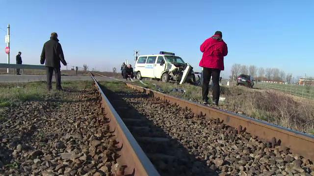 Politist de frontiera, la un pas de moarte. A trecut calea ferata fara sa se asigure si microbuzul sau a fost lovit de tren