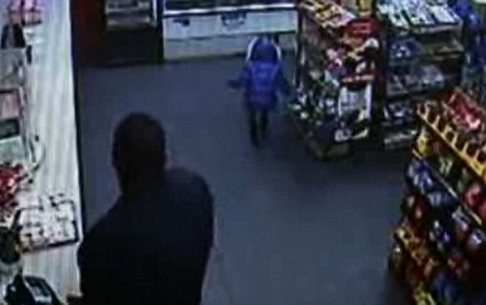 O fetita de doi ani a plecat singura in miez de noapte sa-si cumpere bomboane de la o benzinarie. Aventura micutei, filmata
