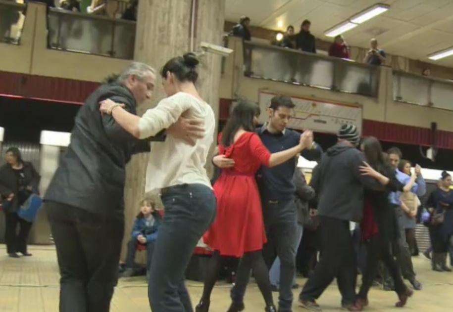 Flashmob caritabil la metroul din Capitala. Pasagerii au invatat sa danseze tango si au donat bani pentru bolnavii de cancer