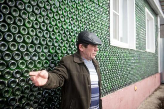 Barbatul din Rusia care si-a construit casa din sticle de sampanie. Cum arata constructia din 12.000 de sticle