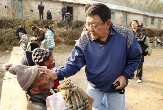 Medicul datorita caruia peste 100.000 de oameni pot sa vada iar. Povestea doctorului nepalez Sanduk Ruit
