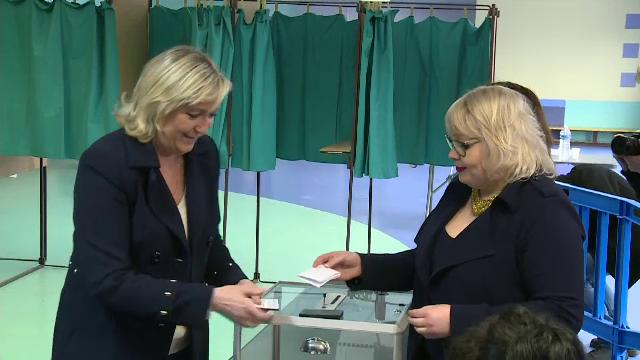 Francezii au votat in al doilea tur al alegerilor locale. Votul lui Marine le Pen, tulburat de activistele topless FEMEN