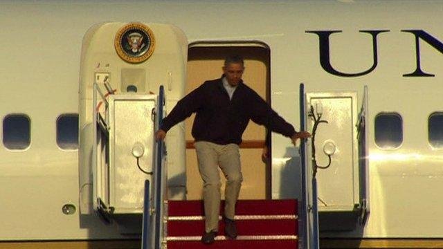 Barack Obama, la un pas sa cada pe scari la coborarea din Air Force One. Cum s-a impiedicat. VIDEO