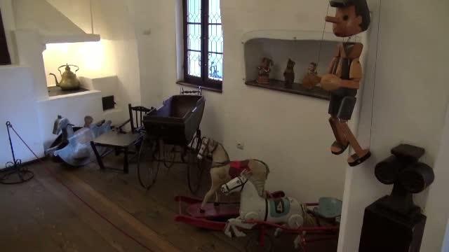 Expozitie cu jucarii rare, la Castelul Bran. Povestea fiecarui exponat, prezentata de colectionarul din Brasov