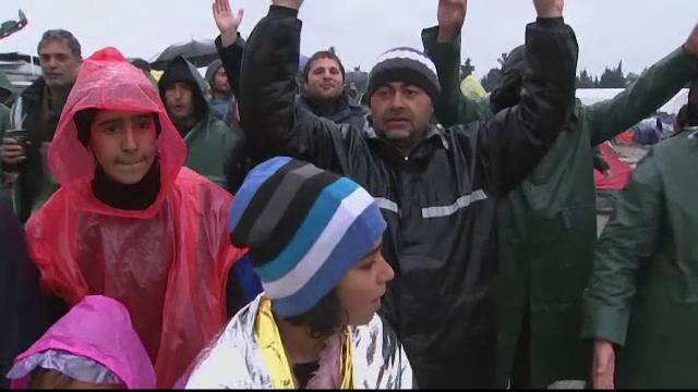 Migranti, batuti cu betele de paza de coasta turca. Imaginile revoltatoare surprinse pe o barca plina cu refugiati