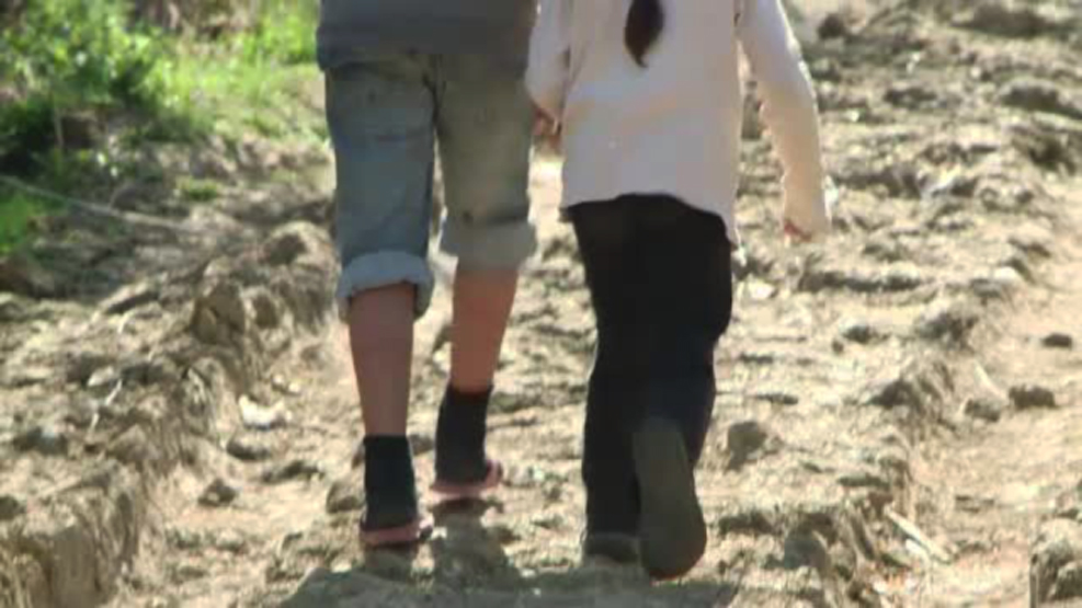 Cosmarul trait de o copila din Barlad. De la tatal violator a ajuns la o asistenta care o batea, apoi inapoi la tatal ei