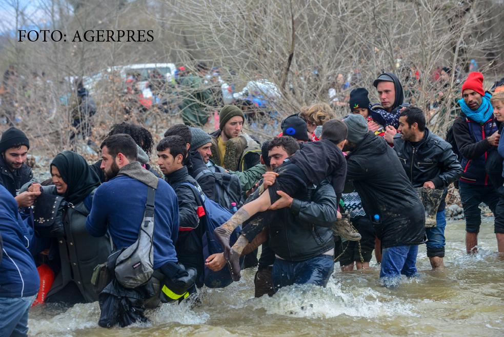 O mie de migranti au evadat din tabara din Idomeni.