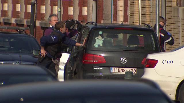 Schimb de focuri la Bruxelles intre Politie si islamisti care ar avea legatura cu atentatul din Paris. Un suspect a fost ucis