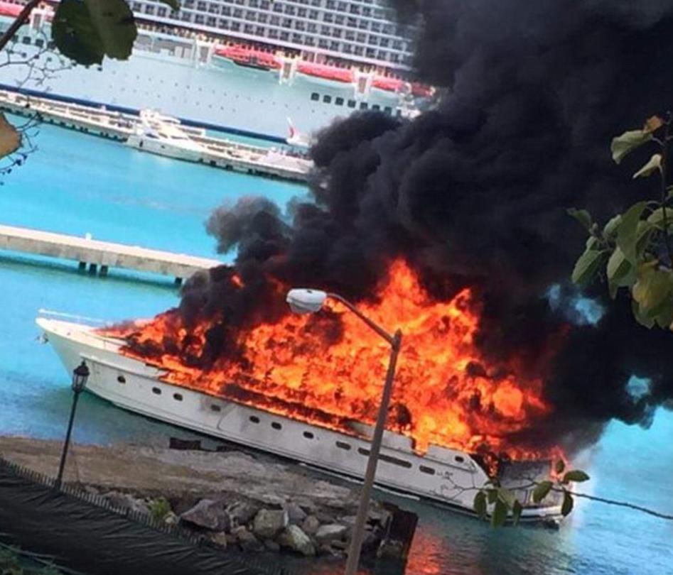 Un incendiu urias a distrus complet un iaht de lux, in Insulele Virgine. Imaginile infioratoare surprinse de localnici