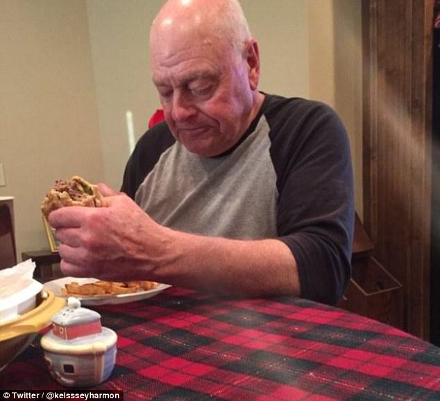 Cine este bunicul care a cucerit internetul. O cina pregatita pentru cei 6 nepoti i-a adus simpatia oamenilor. FOTO