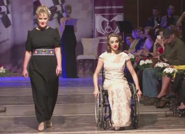 Tinere in scaun cu rotile au defilat pe podium, in tinutele unor designeri.