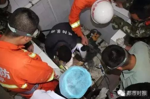 Copil nou-nascut, abandonat in toaleta spitalului de propria mama. Pompierii l-au scos dupa ore intregi. FOTO