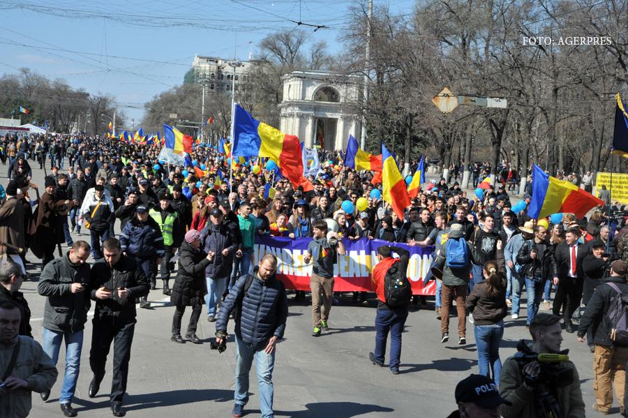 50.000 de moldoveni au cerut in strada unirea cu Romania. Doua alerte cu BOMBA in Chisinau, pe traseul marsului