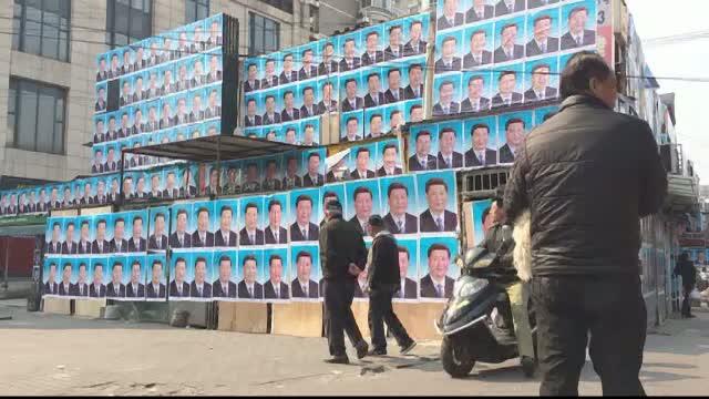 Metoda disperata a unui chinez de-a isi salva casa de la demolare. In fiecare noapte face acest lucru