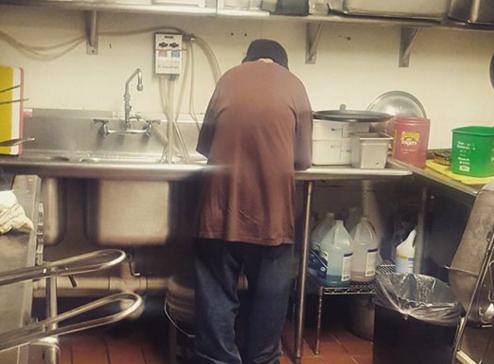 A intrat intr-o cafenea sa cerseasca, dar a primit o slujba. Cum i s-a schimbat viata unui om al strazii