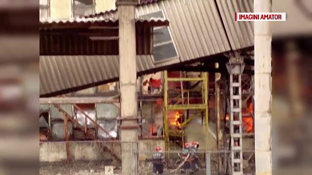 Incendiu urias la un depozit de deseuri, in judetul Dambovita. Pompierii se chinuie de o zi sa stinga flacarile