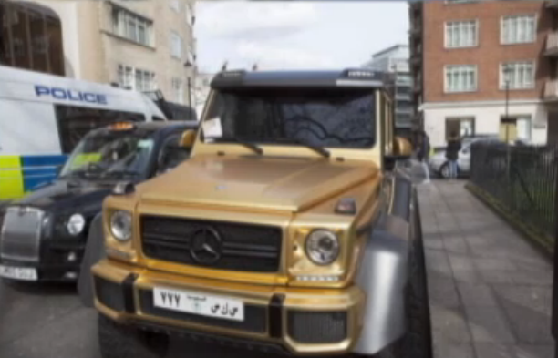 Patru masini de lux, placate de aur, au aparut peste noapte pe o strada din Londra. Ce au aflat localnicii despre proprietar